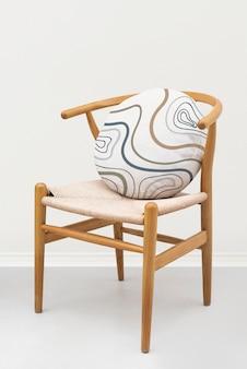 Maqueta de funda de cojín de lino vintage psd en un sillón
