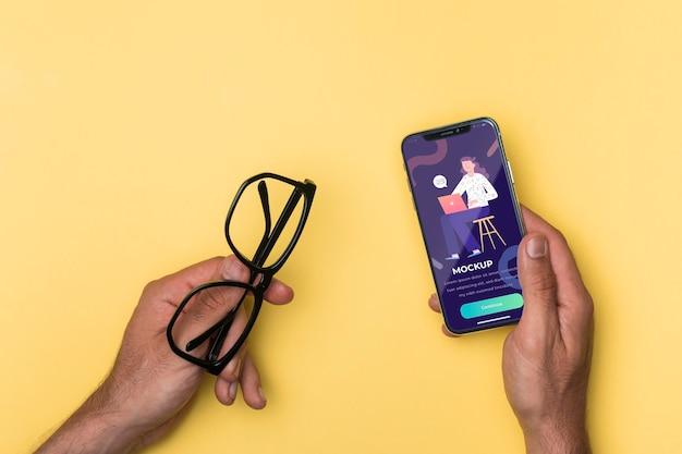 Maqueta de gafas de lectura y smartphone con vista superior