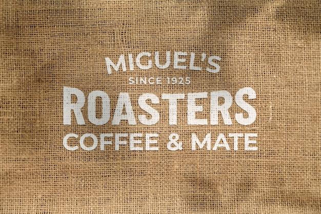 Maqueta de hermosa vista frontal clásica logo grunge distorsionado en tela de lino bolsa de té de café ecológico natural