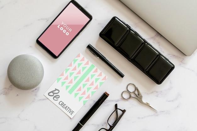 Maqueta de herramientas y tacto de escritorio femenino