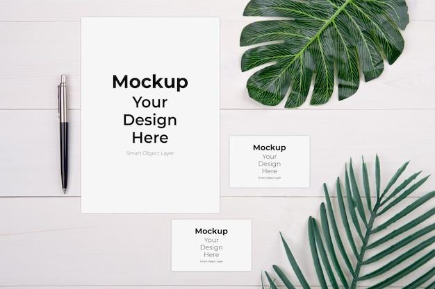 Maqueta de hoja de papel en blanco y tarjeta de presentación