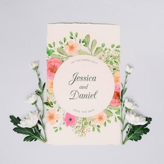 Maqueta de invitación de boda con concepto floral