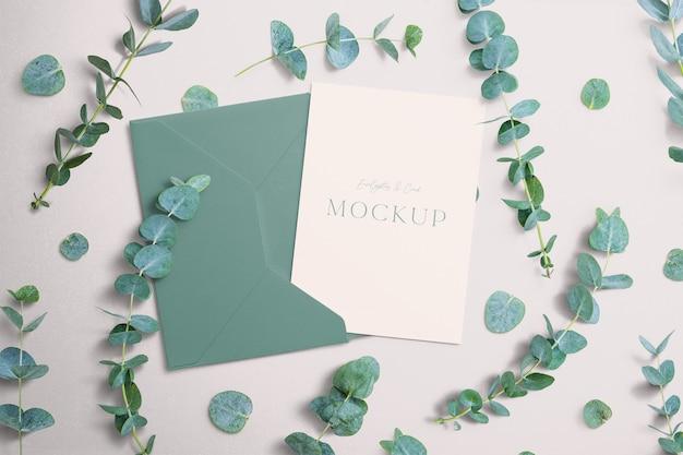 Maqueta de invitación con eucalipto y sobre