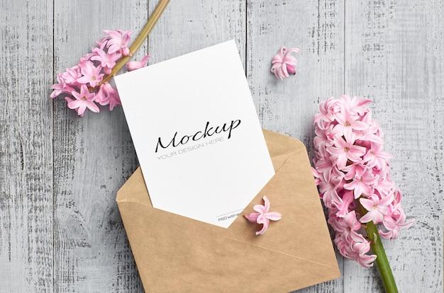 Maqueta de invitación o tarjeta de felicitación con sobre y flor de jacinto