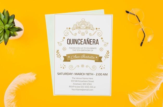 Maqueta de invitación sobre fondo amarillo