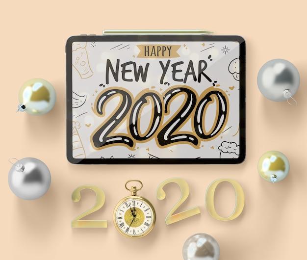 Maqueta de ipad de año nuevo con decoraciones