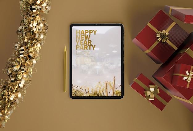 Maqueta de ipad con regalos de año nuevo