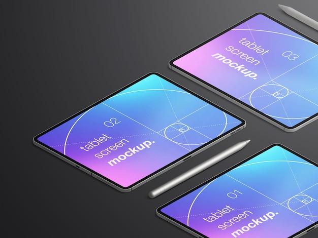 Maqueta isométrica realista aislada de tres pantallas de dispositivos de tableta con lápices stylus