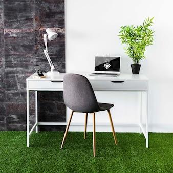 Maqueta de laptop en espacio de trabajo moderno
