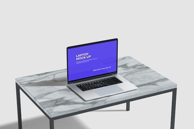 Maqueta de laptop en la mesa de cerámica