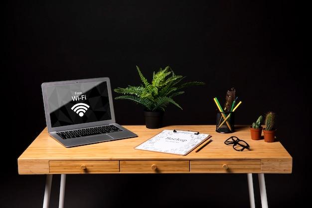 Maqueta de laptop en la oficina