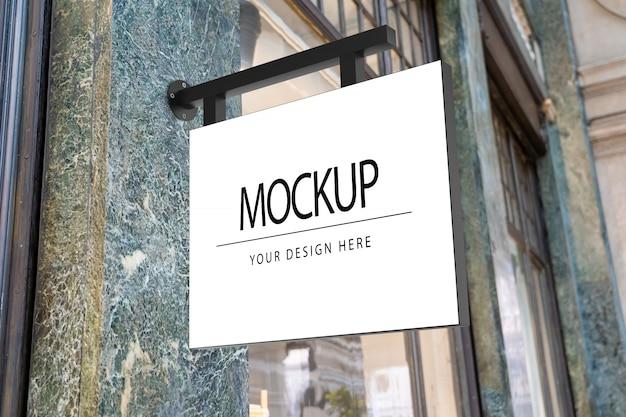 Maqueta de letrero cuadrado blanco para logotipo en la calle