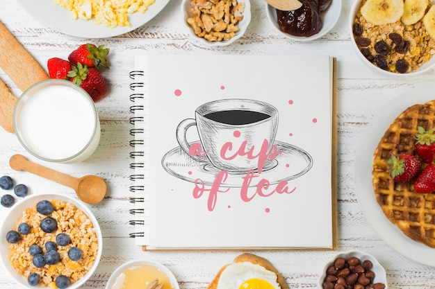 Maqueta de libreta con concepto de desayuno