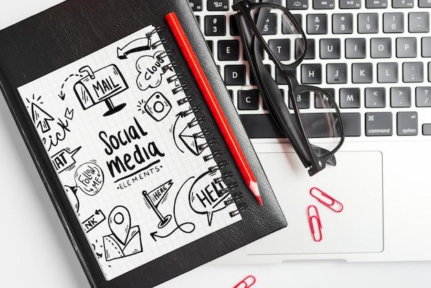 Maqueta de libreta con elementos de oficina