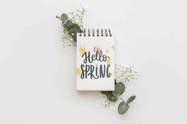 Maqueta de libreta con flores de primavera
