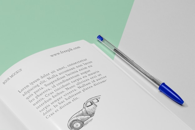 Maqueta de libro abierto de alto ángulo con bolígrafo