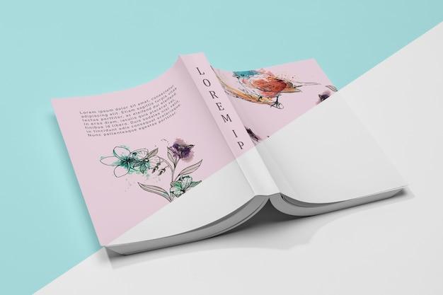 Maqueta de libro abierto volteado en ángulo alto