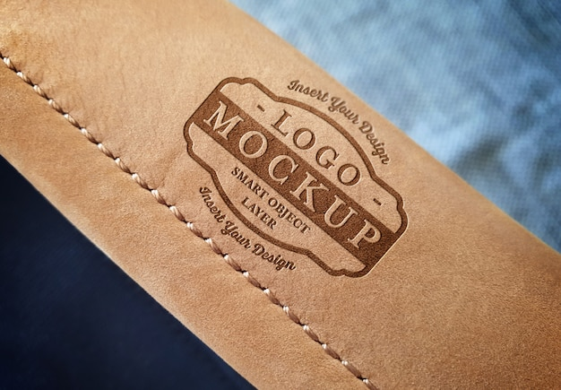 Maqueta con logo en el asa del bolso de cuero