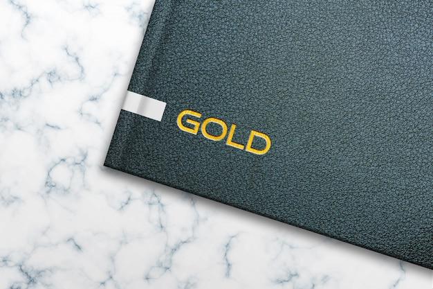 Maqueta con logo dorado en el cuaderno