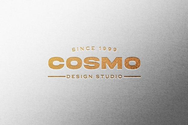 Maqueta de logo dorado en relieve