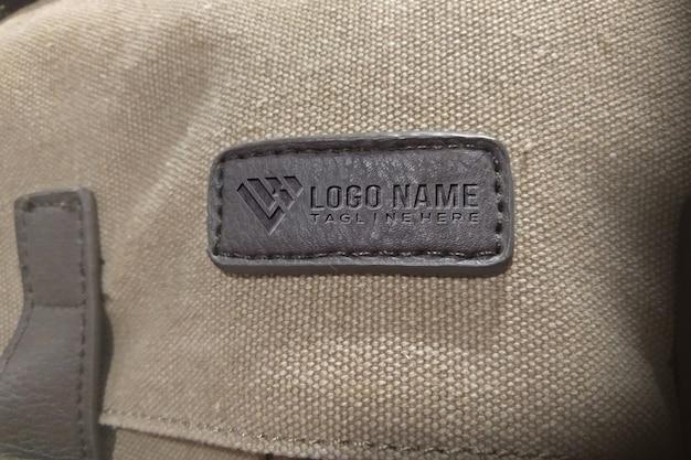Maqueta del logo de embos en la etiqueta del bolso