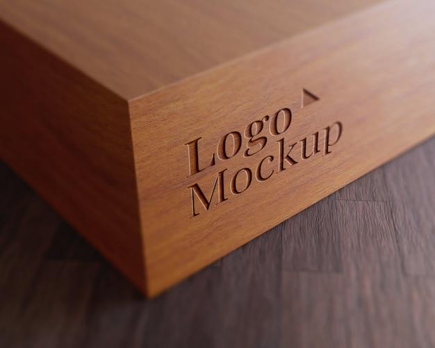 Maqueta con logo de madera