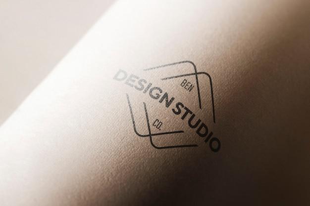 Maqueta de logo en papel curvo
