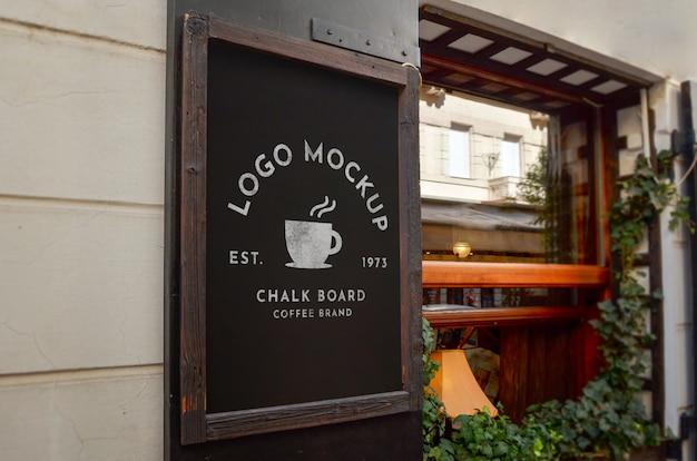 Maqueta de logo en pizarra en la entrada de la cafetería