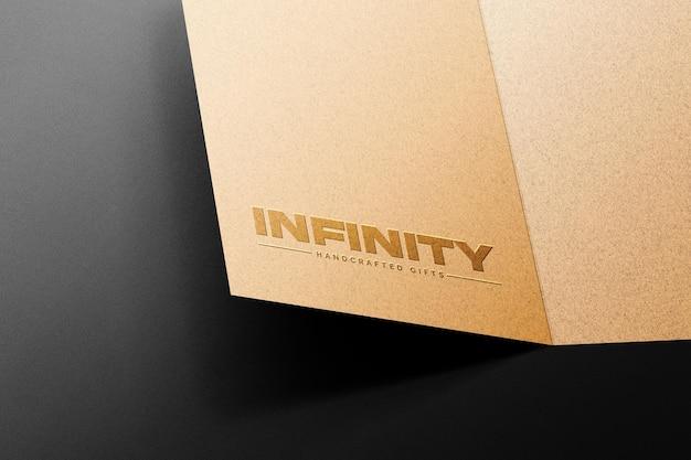 Maqueta de logo en relieve en papel kraft