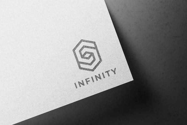 Maqueta de logo sobre papel blanco