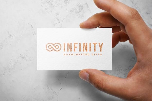 Maqueta de logo en una tarjeta
