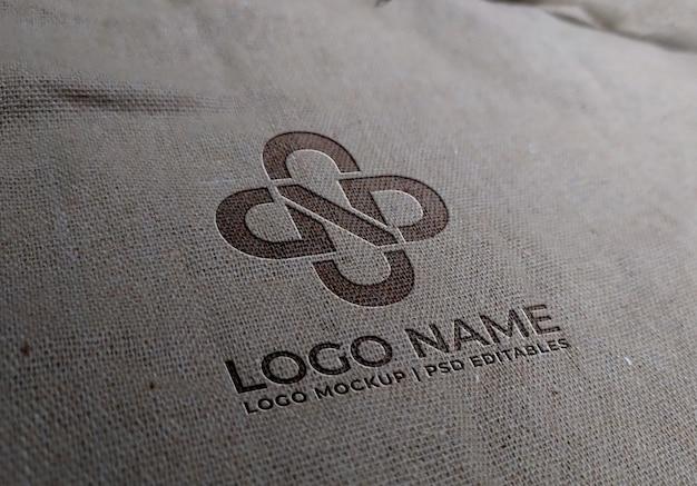 Maqueta con logo en tela blanca
