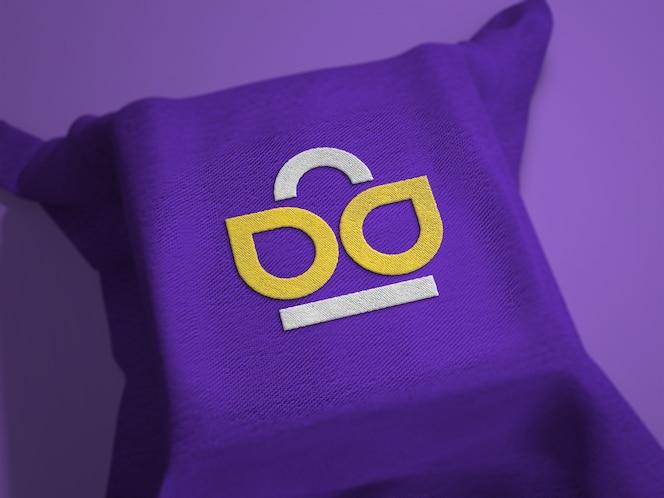 maqueta de logotipo bordado en tela sobre superficie cuadrada