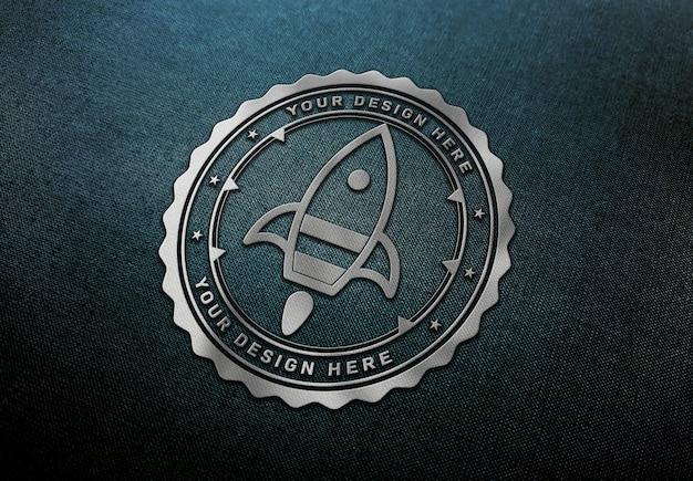 Maqueta de logotipo de chrome en textura de tela oscura
