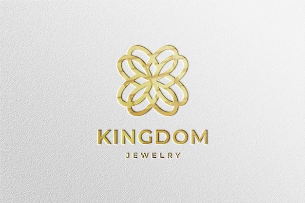 Maqueta de logotipo dorado de lujo en papel blanco con reflejo