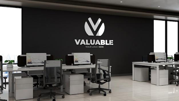 Maqueta del logotipo de la empresa 3d en el espacio de trabajo de la oficina moderna en el cielo alto