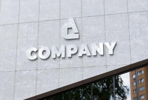 Maqueta del logotipo de la empresa en fachada de hormigón