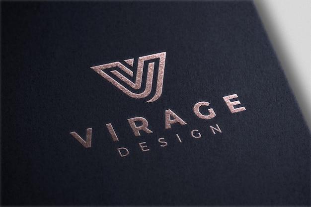 Maqueta de logotipo estampado en papel de aluminio con logotipo de oro rosa sobre papel negro