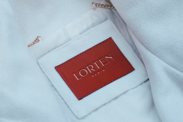 Maqueta de logotipo etiqueta de abrigo blanco