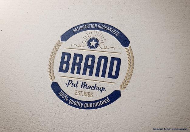 Maqueta de logotipo grabado en textura de papel blanco