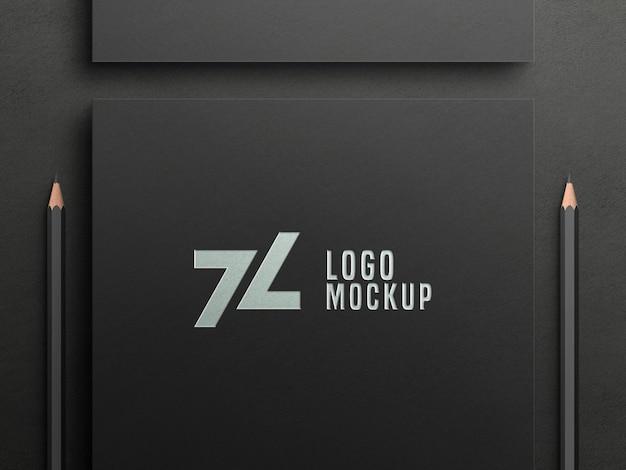 Maqueta de logotipo de lámina de plata de lujo en papel negro