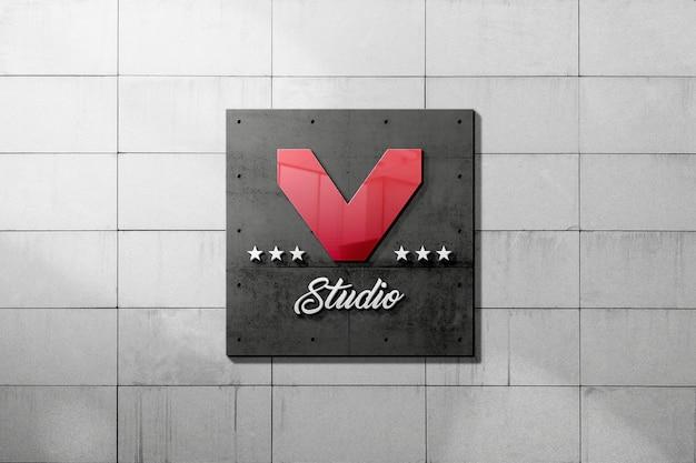 Maqueta de logotipo de letrero metálico en muro de hormigón