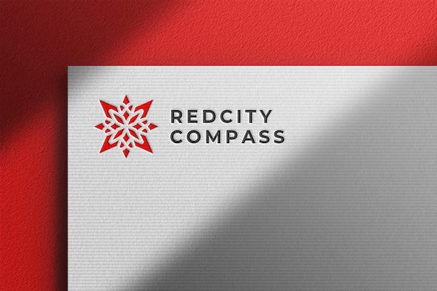Maqueta de logotipo limpio en papel prensado blanco con sombra