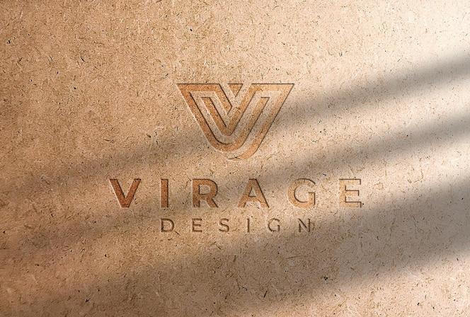 Maqueta de logotipo logotipo grabado en una tarjeta kraft con sombra
