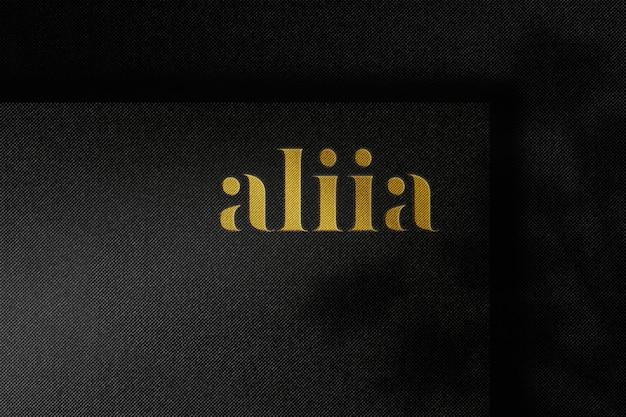 Maqueta de logotipo de lujo en relieve sobre papel artesanal negro
