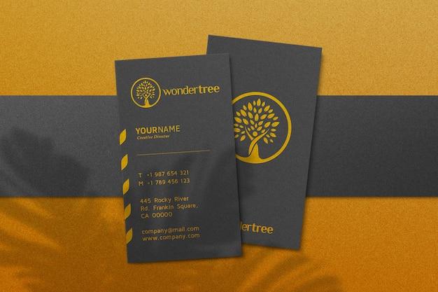 Maqueta de logotipo de lujo simple en tarjeta de visita negra