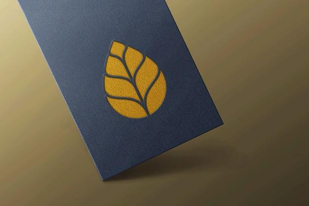 Maqueta de logotipo de lujo en tarjeta negra