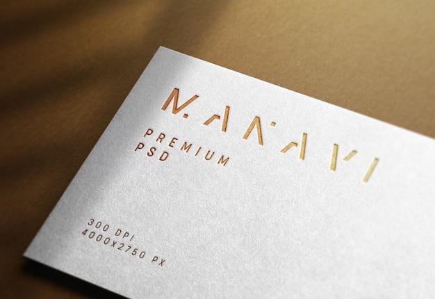 Maqueta de logotipo de lujo en tarjeta de visita blanca