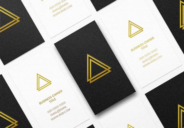 Maqueta de logotipo de lujo en tarjeta de visita en blanco y negro
