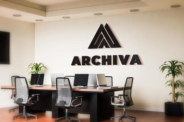 Maqueta logotipo negro sala reuniones pared oficina realista